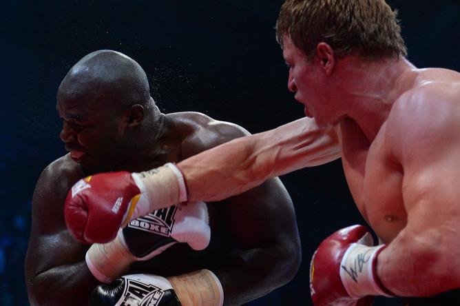 Александр Поветкин проводит серию ударов в бою с камерунцем Карлосом Такамом