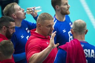Владимир Алекно (в центре) уверенно и хладнокровно руководит сборной России после возвращения на пост главного тренера