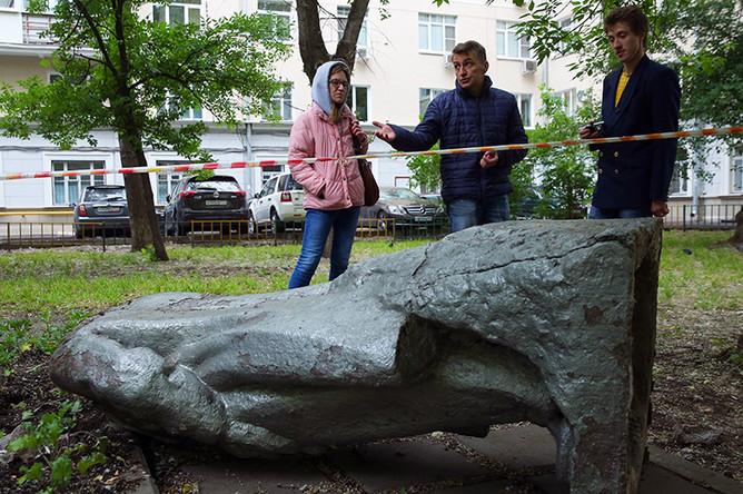 Разрушенный памятник В.И. Ленину на улице Климашкина