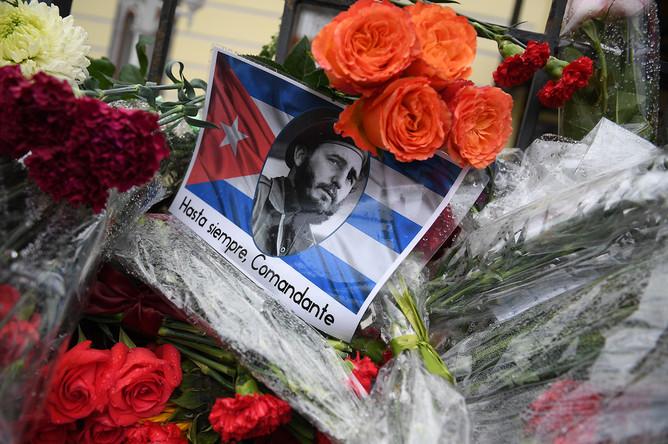 Цветы у посольства Кубы в Москве