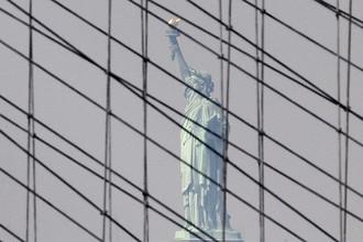 Вид на статую Свободы через тросы Бруклинского моста в Нью-Йорке, 2010 год