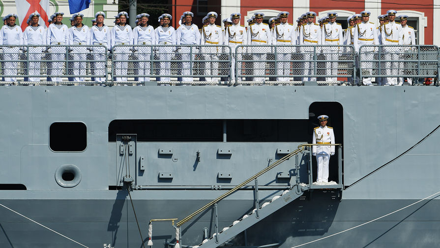 В Петербурге прошла первая ночная репетиция главного военно-морского парада