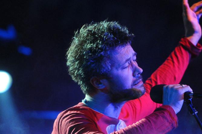 Музыкант Сергей Бабкин во время выступления, 2013 год