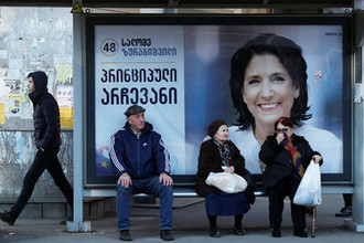 Плакат с изображение Саломе Зурабишвили на одной из улиц Тбилиси, 27 ноября 2018 года