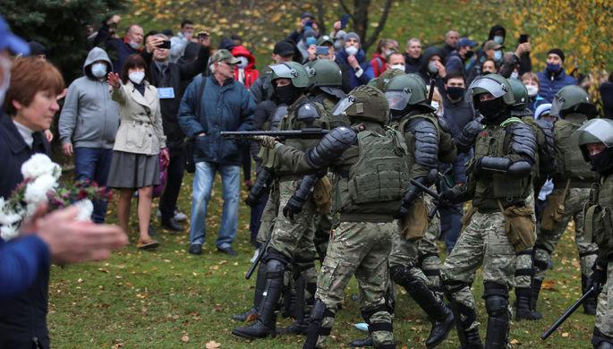 Гранаты и выстрелы: силовики в Минске задерживают протестующих