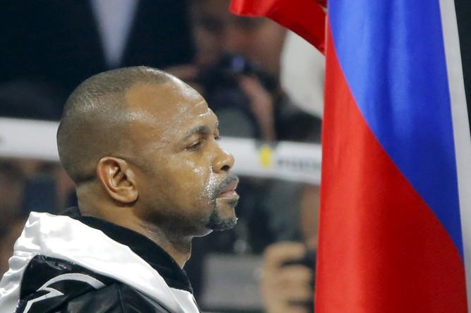 Боксер Рой Джонс-младший, получивший в этом году российское гражданство, потерпел поражение от британца Энцо Маккаринелли в бою, который проходил на арене «ВТБ Ледовый дворец» в Москве