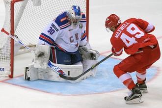 Игрок «Спартака» Бен Максвелл (справа) и вратарь СКА Игорь Шестеркин в матче КХЛ