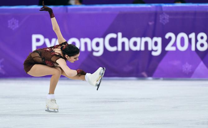 Фигуристка Евгения Медведева во время выступления в произвольной программе женского одиночного катания на соревнованиях по фигурному катанию на зимних Олимпийских играх в Пхенчхане, февраль 2018 года