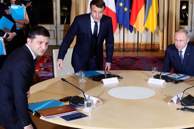 Президент Украины Владимир Зеленский, президент Франции Эмманюэль Макрон и президент России Владимир Путин во время встречи в рамках саммита «нормандского формата» в Елисейском дворце, 9 декабря 2019 года