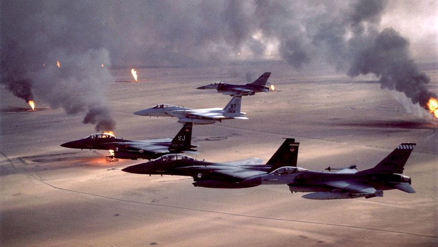 Истребители F-16A и F-15E пролетают над горящими нефтяными месторождениями в Кувейте во время операции «Буря в пустыне», 1991 год
