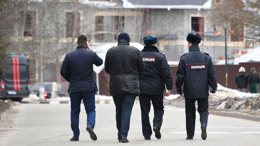 Сотрудники полиции на месте спецоперации у дома забаррикадировавшегося в Мытищах пенсионера, открывшего огонь по сотрудникам правоохранительных органов, 30 марта 2021 года