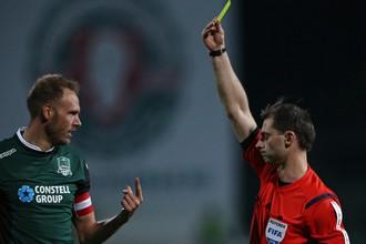 Игрок «Краснодара» Андреас Гранквист получает предупреждение в матче с «Анжи»