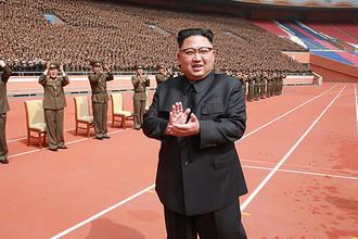 Высший руководитель КНДР Ким Чен Ын во время фотосессии с военными-строителями. Фотография опубликована северокорейским агентством ЦТАК 13 мая 2017 года