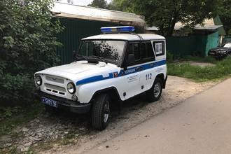 Автомобиль полиции у дома на Пушкинской улице в поселке Кратово