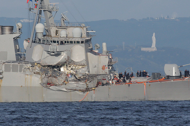 Эсминец США Fitzgerald после столкновения с контейнеровозом под флагом Филиппин