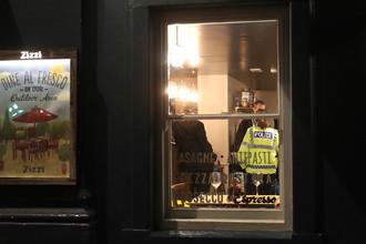 Сотрудники полиции в ресторане, который был закрыт после инцидента с бывшим российским разведчиком Сергеем Скрипалем в британском Солсбери, 5 марта 2018 года