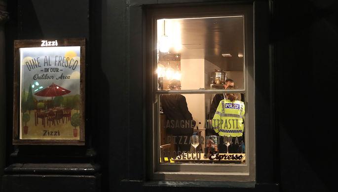 Сотрудники полиции в ресторане, который был закрыт после инцидента с бывшим российским разведчиком...