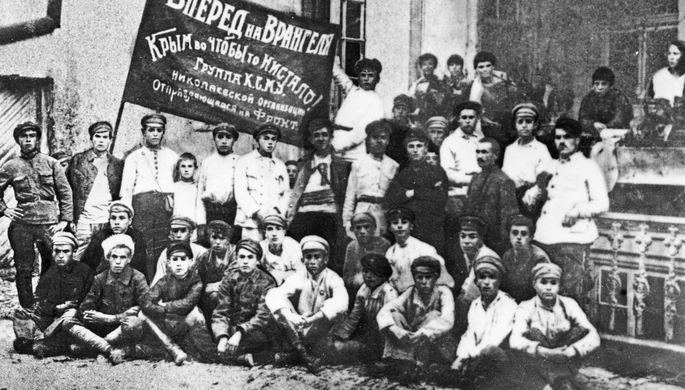 Комсомольцы города Николаева перед отправкой на фронт, для борьбы с войсками Врангеля, 1919 год