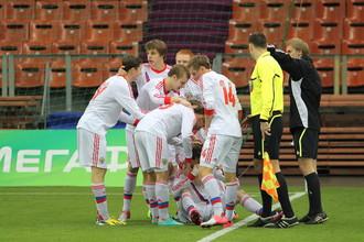 Сборная России ликует, забив гол грекам в компенсированное время