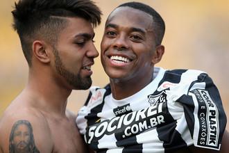 Футболист бразильского клуба «Сантос» Робиньо (справа)
