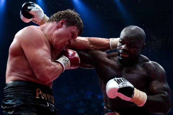 Александр Поветкин проводит атаку в бою с Карлосом Такамом