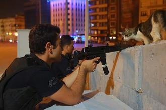 Полиция на одной из улиц в центре Стамбула