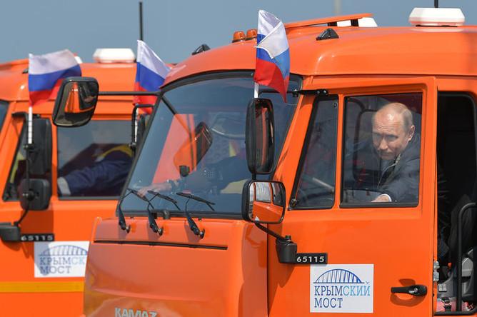 Президент России Владимир Путин за рулем «КамАЗа» во время церемонии открытия моста через Керченский пролив, 15 мая 2018 года