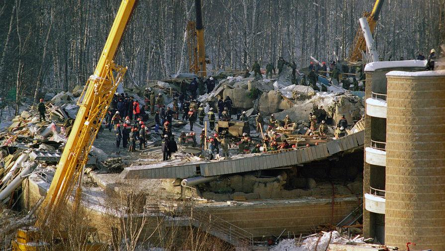 Разбор завалов на месте обрушения крыши «Трансвааль-парка» в московском Ясенево, 14 февраля 2004 года