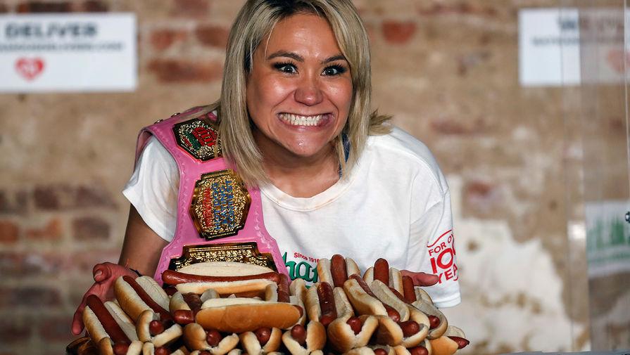 Американка Мики Судо после конкурса по поеданию хот-догов, 4 июля 2020 года