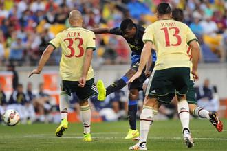 Юный Келечи Ихеаначо (в центре) под присмотром Алекса (слева) и Адиля Рами забивает издевательский гол в ворота «Милана»