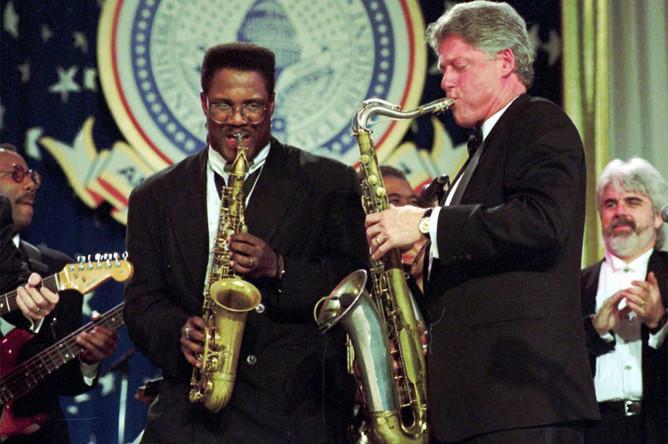 42-й президент США Билл Клинтон еще в юности стал известным саксофонистом и всерьез подумывал о том, чтобы делать карьеру музыканта. Потом одумался, пошел по политической стезе, но во время церемонии инаугурации в 1993 году сыграл на любимом инструменте, а затем выступил на телевидении с песней Элвиса Пресли «Heartbreak Hotel» — и показал всем, что в Белый дом пришел президент для поколения MTV