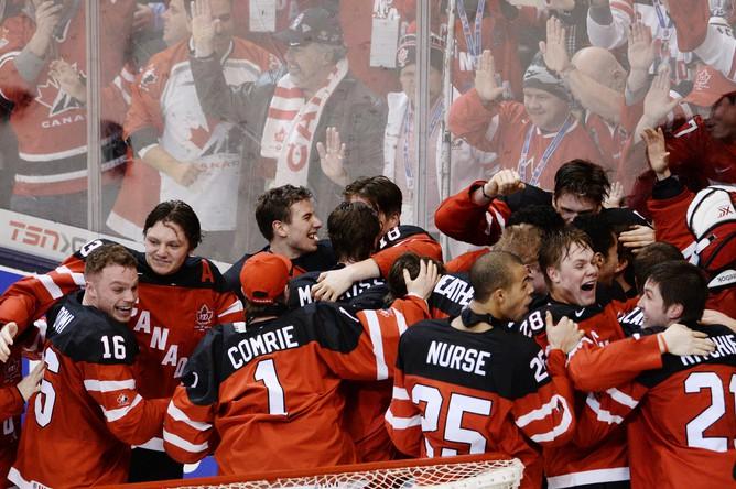 Игроки сборной Канады радуются победе в финальном матче молодежного чемпионата мира по хоккею