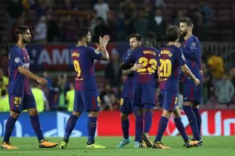 Игроки «Барселоны» празднуют победу над туринским «Ювентусом» в матче первого тура группового этапа Лиги чемпионов