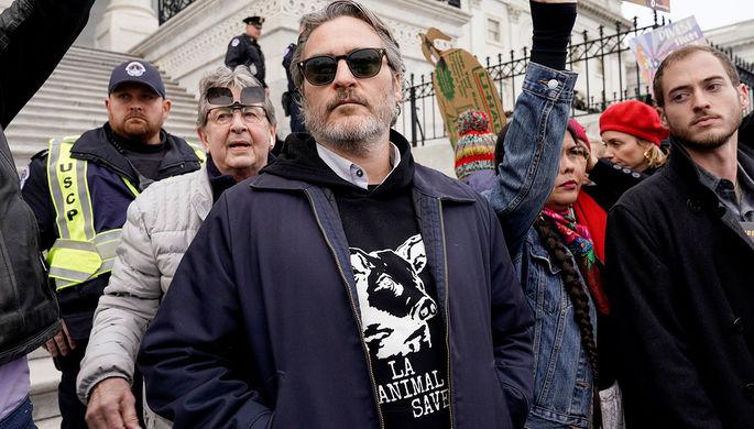 Хоакин Феникс на митинге