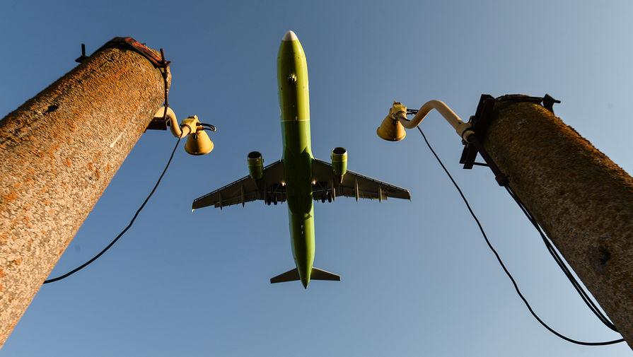 Пассажирский самолет над аэропортом Симферополя, 2020 год