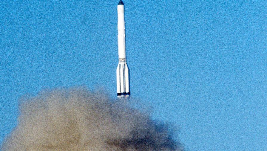 Старт ракеты-носителя «Протон», которая выводит на околоземную орбиту космическую станцию «Мир», 1986 год