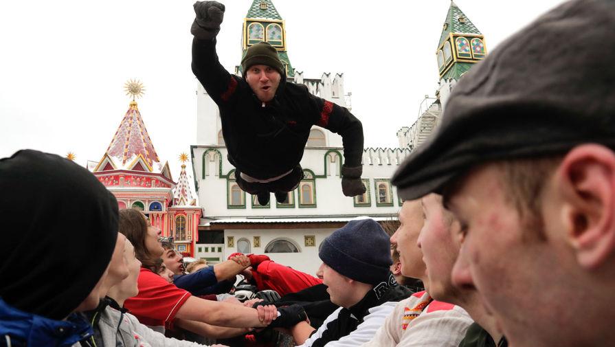 Во время масленичных гуляний в Измайловском кремле в Москве