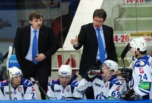 Олег Знарок (слева) и Харий Витолиньш на тренерском мостике «Динамо»