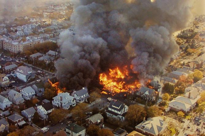 Три жилых дома были полностью разрушены, еще 12 зданий повреждены в результате пожара. Спасательные работы на месте крушения авиалайнера затруднял сильный ветер, распространявший огонь на другие дома