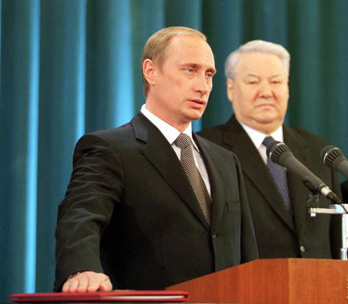Владимир Путин произносит присягу во время инаугурации, которая проходила в Андреевском зале Большого Кремлевского дворца. Справа — первый президент России Борис Ельцин, 7 мая 2000 года