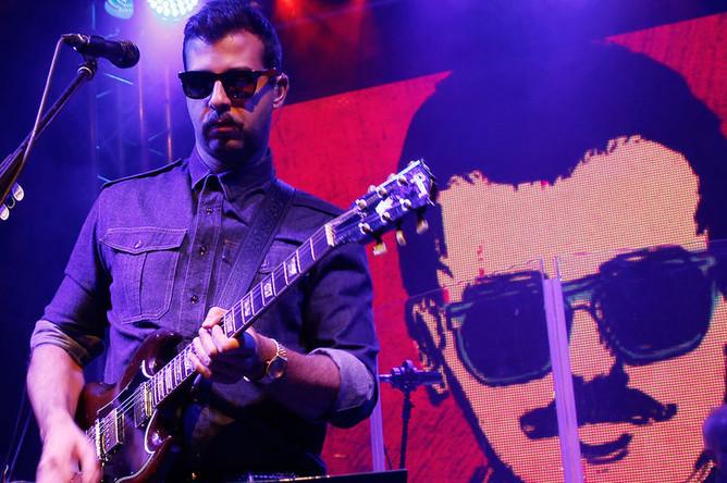 Солист группы Grisha Urgant Иван Ургант во время концерта в Москве, 2012 год