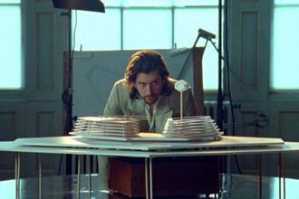 Кадр из клипа Arctic Monkeys — «Four Out of Five» (2018)