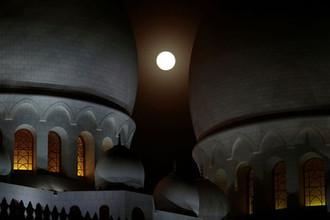 Луна над мечетью шейха Зайда в в Абу-Даби, ОАЭ, 27 июля 2018 года