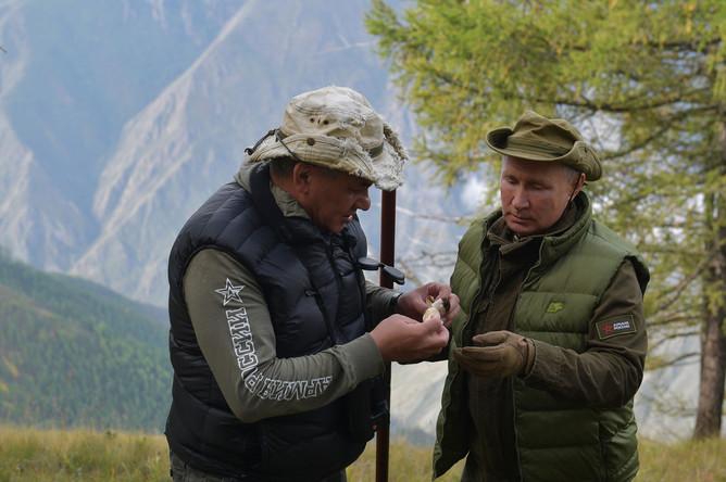 Президент России Владимир Путин и министр обороны Сергей Шойгу во время прогулки в тайге, фотография опубликована 7 октября 2019 года
