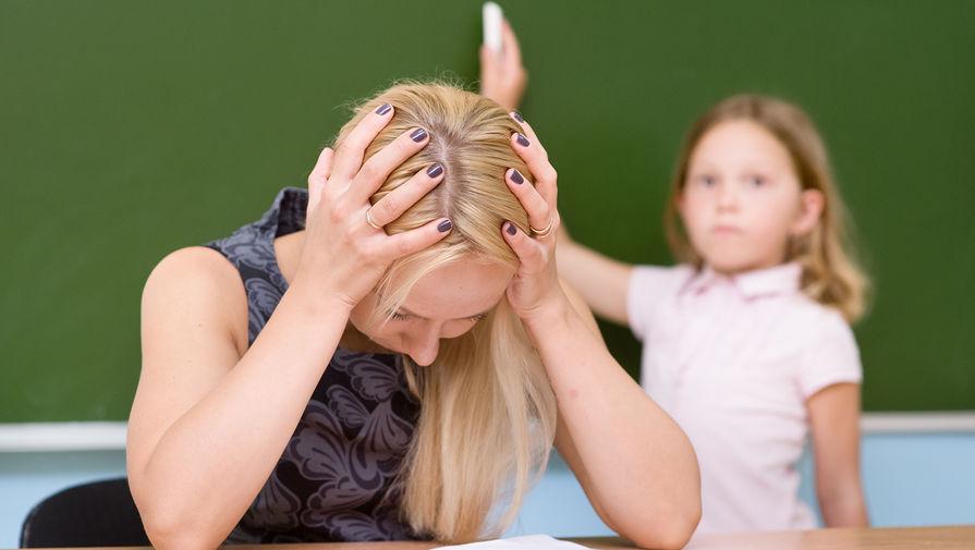Учительница ласкает себя при классе