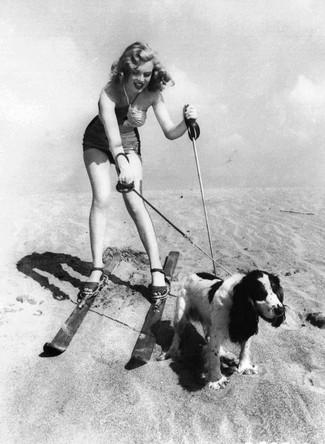 Мэрилин Монро со своей собакой на пляже, 1947 год