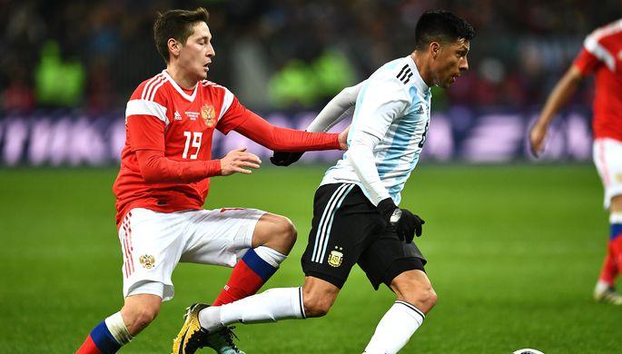 Далер Кузяев (слева) и Энцо Перес в товарищеском матче между сборными России и Аргентины по футболу