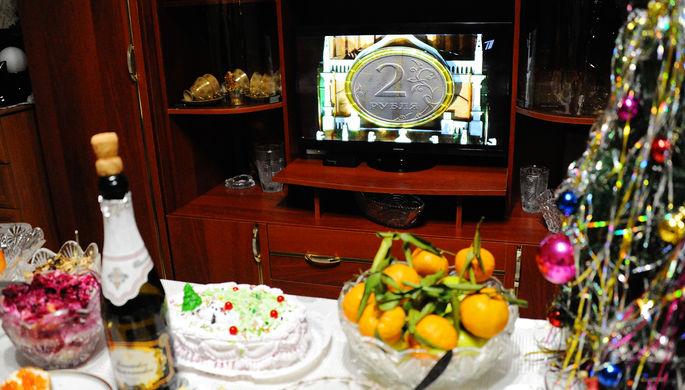 Праздничный стол и новогоднее обращение рубля к гражданам, коллаж «Газеты.Ru»