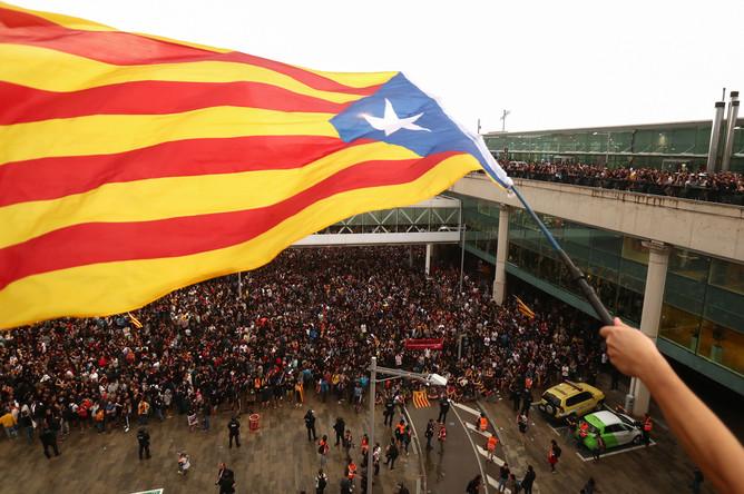 Участники акции протеста около международного аэропорта Барселоны, 14 октября 2019 года