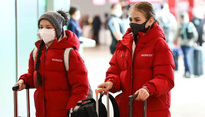 Фигуристки Анна Щербакова и Александра Трусова перед вылетом в международном аэропорту Шереметьево, 20 марта 2020 года